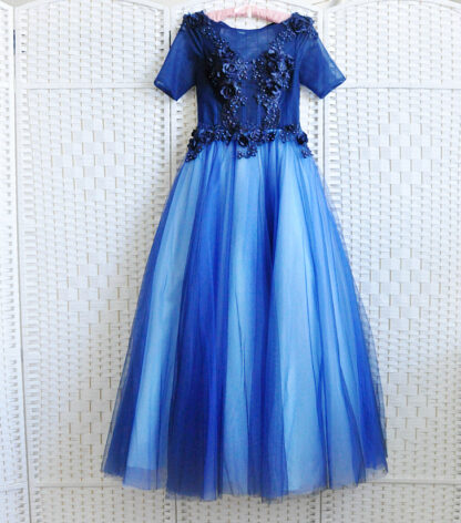 Шикарное бальное платье синего цвета.
