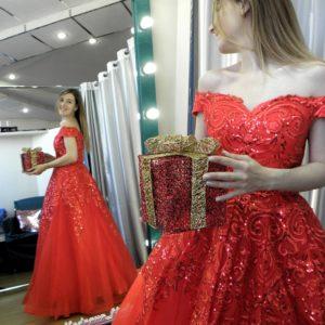 Алое бальное платье