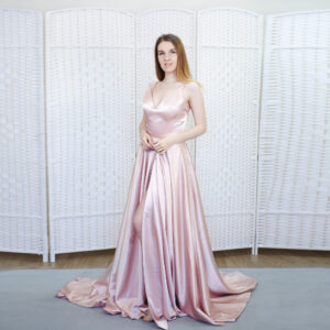 Атласное розовое платье с разрезом от бедра