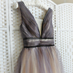 Бежевое платье с фиолетовой вуалью
