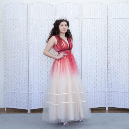 Бежевое платье с красной вуалью