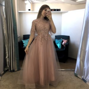 Нежно-розовое платье с закрытым верхом и рукавчиками