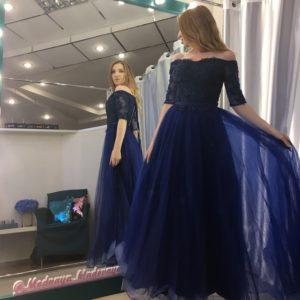 Темно-синее платье с кружевным верхом