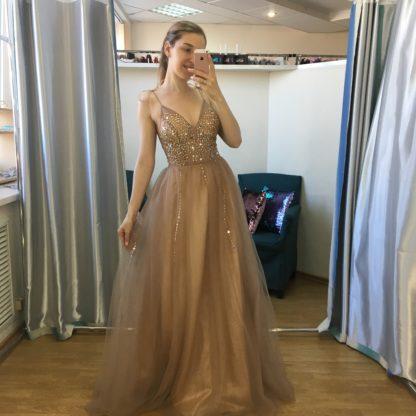 Бежевое платье в пайетках
