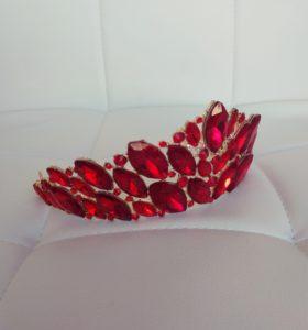 Золотая диадема с изумрудными, красными и белыми камнями
