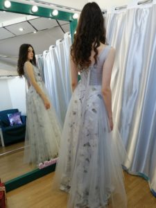 Серо-голубое платье с цветочным принтом