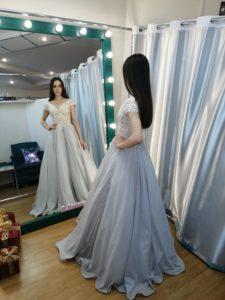Пышное белое сверкающее платье в пол