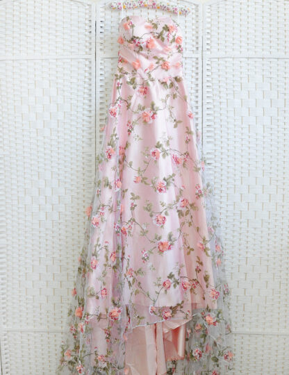 Великолепное платье розового цвета , расшито цветами