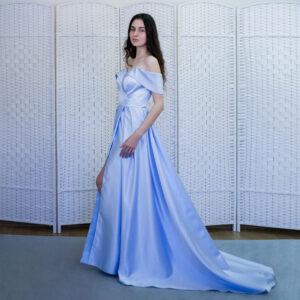 Атласное голубое платье с разрезом от бедра