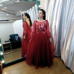 Изящное темно-красное платье в пол с цветочной аппликицией