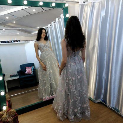 Шикарное серое платье с вышивкой