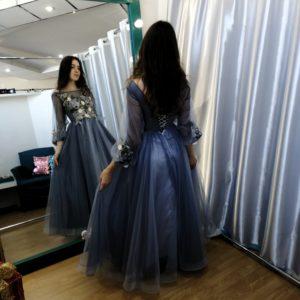 Синее фатиновое платье с цветочной аппликацией