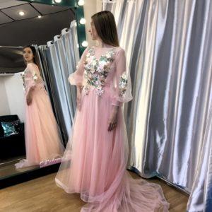Розовое фатиновое платье с цветочной аппликацией