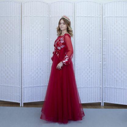 Изящное темно-красное платье в пол с цветочной аппликацией