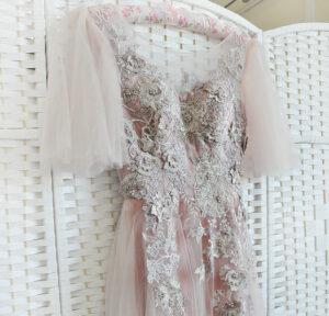 Шикарное пудровое платье