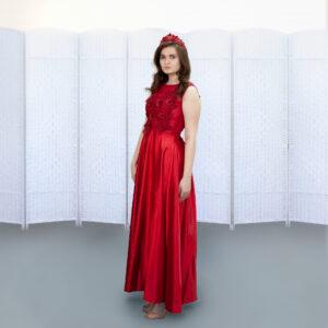 Красное платье с атласной юбкой