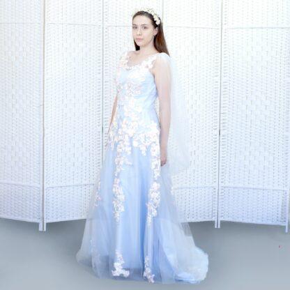 Нежно-голубое вечернее платье.