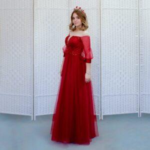 Шикарное красное платье с пышным рукавом