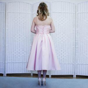 Атласное розовое платье миди на выпускной вечер