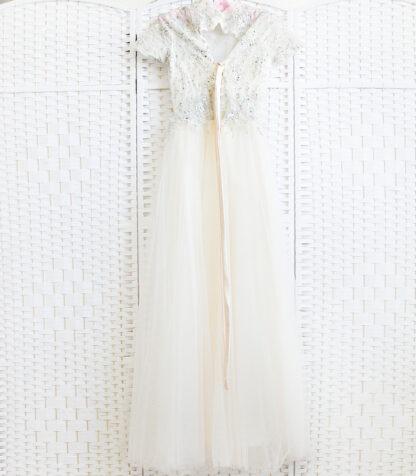Бежевое платье с закрытым верхом