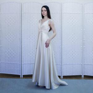 Элегантное атласное платье цвета слоновой кости