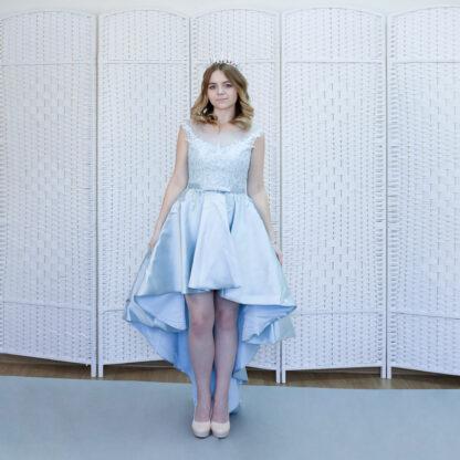 Голубое платье из плотного атласа