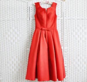 Красное атласное платье миди
