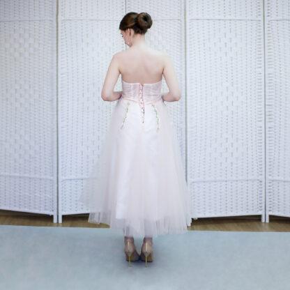 Нежно-розовое платье длины миди на выпускной