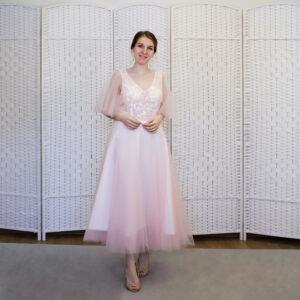 Нежно-розовое платье миди на выпускной вечер