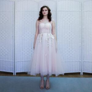 Нежно-розовое платье длины миди на выпускной вечер