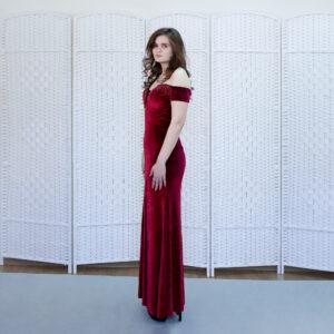 Облегающее бархатное платье винного цвета