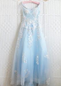 Пышное голубое платье со шлейфом