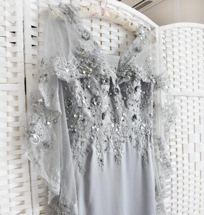Серое облегающее платье на выпускной вечер