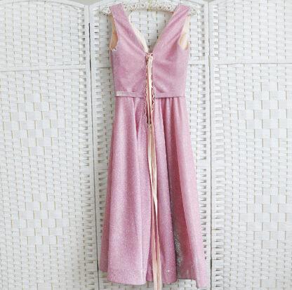 Сверкающее розовое платье длины миди