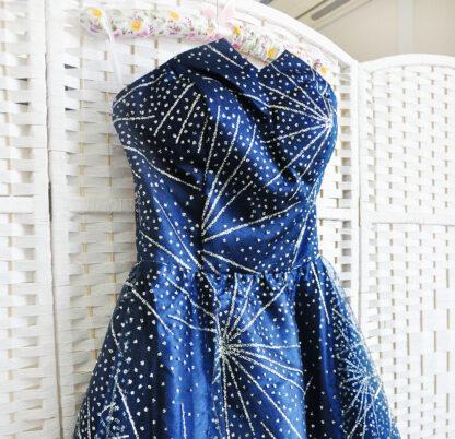 Сверкающее синее платье в пол на выпускной вечер
